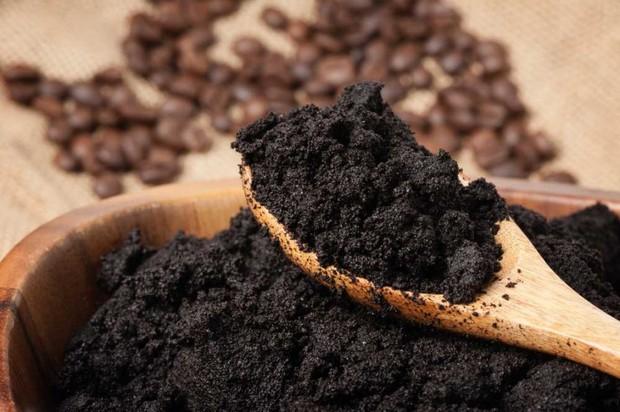 Dùng bã cà phê tẩy tế bào chết có thể giúp làm mờ vết rạn da lâu năm