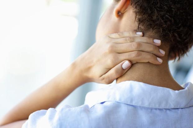 Nếu bạn hay bị đau mỏi vùng cổ, gáy thì rất có thể là do những nguyên nhân này - Ảnh 1.