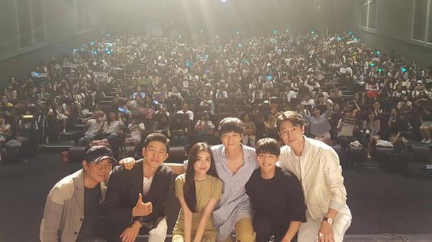 Kang Dong Won đi xem suất chiếu đặc biệt Illang: The Wolf Brigade - Ảnh 2.