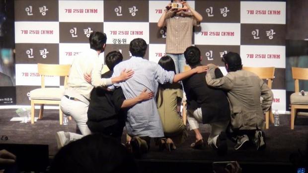 Kang Dong Won đi xem suất chiếu đặc biệt Illang: The Wolf Brigade - Ảnh 4.