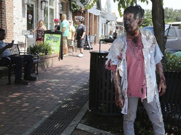 Bà ngoại quái chiêu: Chẳng thích trông cháu, chỉ thích làm zombie để rồi được nhận vai diễn quần chúng trong The Walking Dead - Ảnh 3.