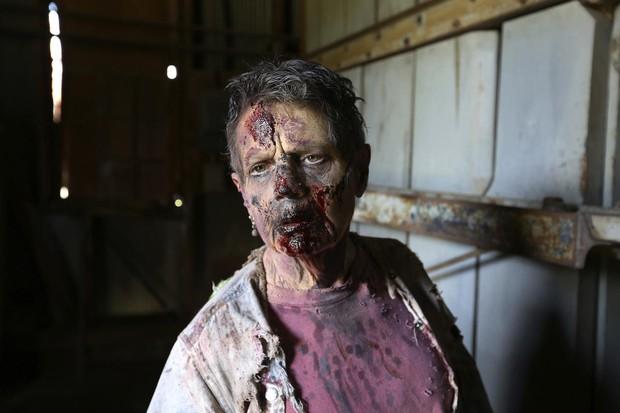Bà ngoại quái chiêu: Chẳng thích trông cháu, chỉ thích làm zombie để rồi được nhận vai diễn quần chúng trong The Walking Dead - Ảnh 2.