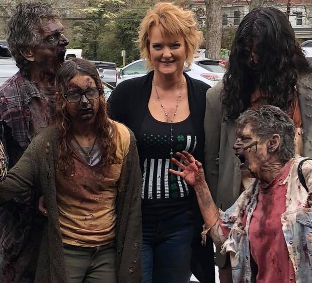 Bà ngoại quái chiêu: Chẳng thích trông cháu, chỉ thích làm zombie để rồi được nhận vai diễn quần chúng trong The Walking Dead - Ảnh 6.