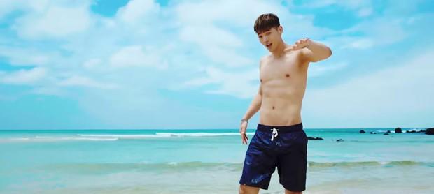 """KARD chào hè bằng MV """"nắng vàng, biển xanh và anh chàng vai u thịt bắp bán nude - Ảnh 1."""