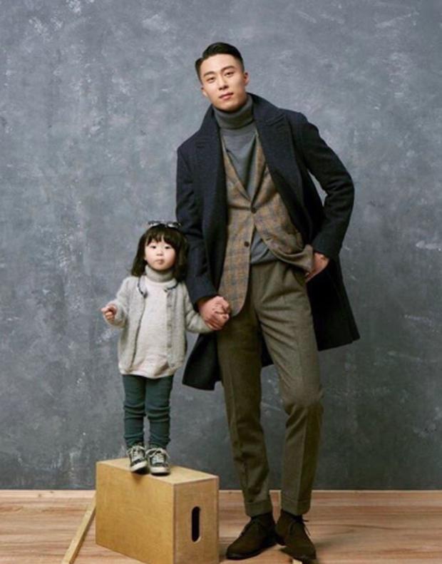 Ông bố fashionisto cao 1m92 và con gái nhỏ: Sự kết hợp quá đáng yêu khiến cô gái nào cũng muốn lập gia đình - Ảnh 1.