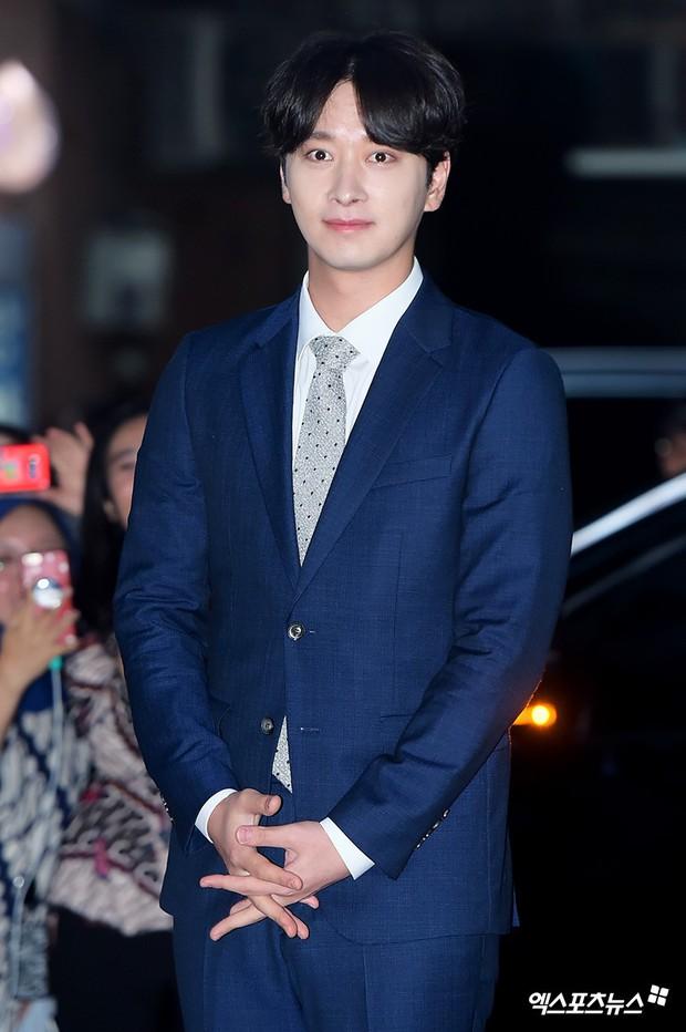 Park Min Young rạng rỡ, Park Seo Joon mặt loang lổ phấn bên dàn sao của Thư Ký Kim trong tiệc mừng công - Ảnh 13.