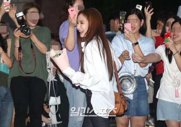 Park Min Young rạng rỡ, Park Seo Joon mặt loang lổ phấn bên dàn sao của Thư Ký Kim trong tiệc mừng công - Ảnh 5.