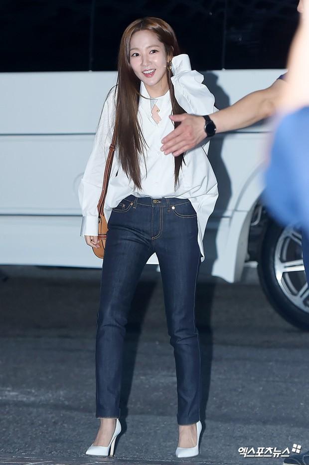 Park Min Young rạng rỡ, Park Seo Joon mặt loang lổ phấn bên dàn sao của Thư Ký Kim trong tiệc mừng công - Ảnh 2.