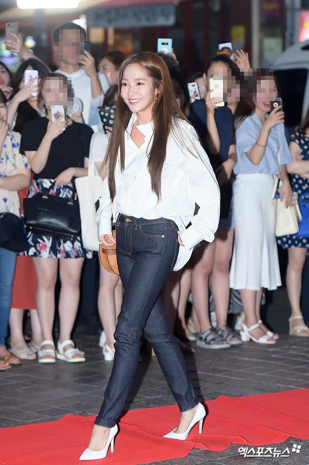 Park Min Young rạng rỡ, Park Seo Joon mặt loang lổ phấn bên dàn sao của Thư Ký Kim trong tiệc mừng công - Ảnh 4.