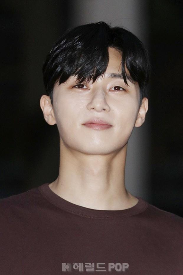 Park Min Young rạng rỡ, Park Seo Joon mặt loang lổ phấn bên dàn sao của Thư Ký Kim trong tiệc mừng công - Ảnh 11.
