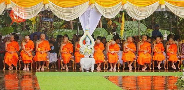 Các thành viên đội bóng Thái Lan xuống tóc vào chùa tu tập và tưởng niệm người thợ lặn đã mất - Ảnh 2.