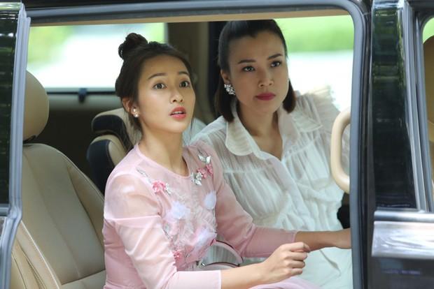 Từ ảnh hậu trường thân thiết, fan đang nhiệt tình ship cặp đôi Hoàng Oanh - Khả Ngân - Ảnh 1.