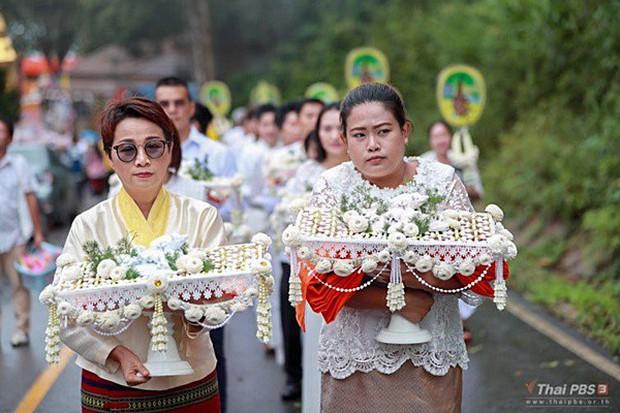 Các thành viên đội bóng Thái Lan xuống tóc vào chùa tu tập và tưởng niệm người thợ lặn đã mất - Ảnh 4.