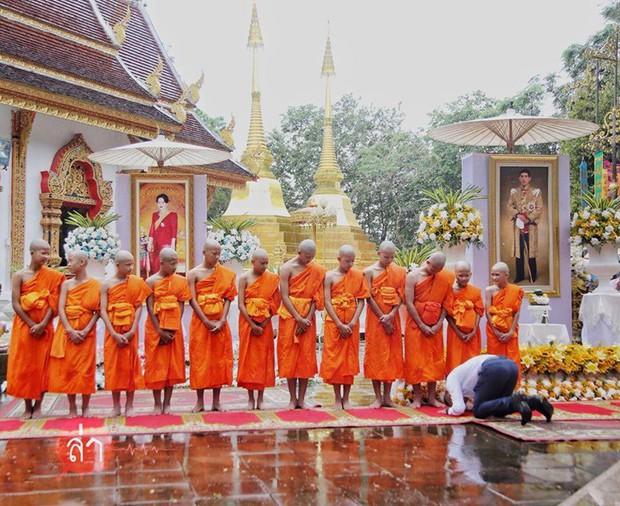 Các thành viên đội bóng Thái Lan xuống tóc vào chùa tu tập và tưởng niệm người thợ lặn đã mất - Ảnh 5.