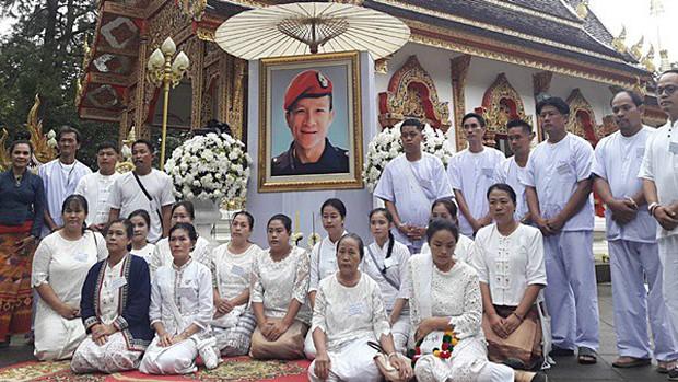 Các thành viên đội bóng Thái Lan xuống tóc vào chùa tu tập và tưởng niệm người thợ lặn đã mất - Ảnh 6.