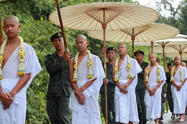 Các thành viên đội bóng Thái Lan xuống tóc vào chùa tu tập và tưởng niệm người thợ lặn đã mất - Ảnh 7.