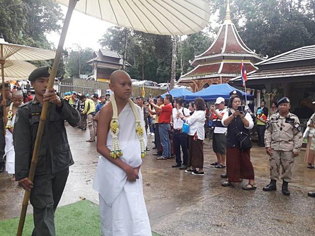 Các thành viên đội bóng Thái Lan xuống tóc vào chùa tu tập và tưởng niệm người thợ lặn đã mất - Ảnh 8.