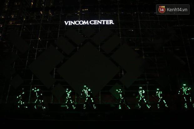 Màn pháo hoa cùng bữa tiệc ánh sáng đèn LED hoành tráng ghi dấu sự kiện ra mắt Vincom Center Landmark 81 - Ảnh 7.