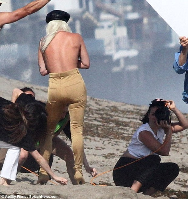 Lady Gaga suýt lộ hàng khi diện váy xuyên thấu ướt sũng chụp ảnh trên biển - Ảnh 8.