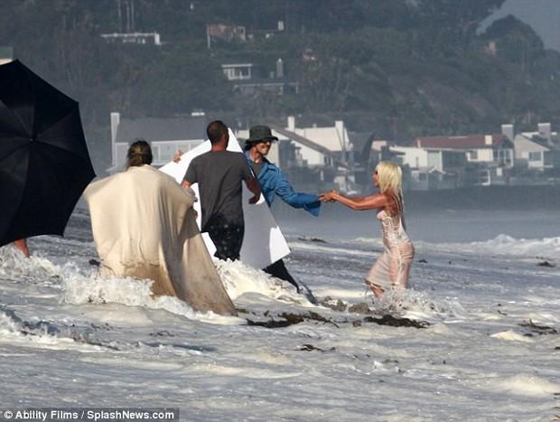 Lady Gaga suýt lộ hàng khi diện váy xuyên thấu ướt sũng chụp ảnh trên biển - Ảnh 5.