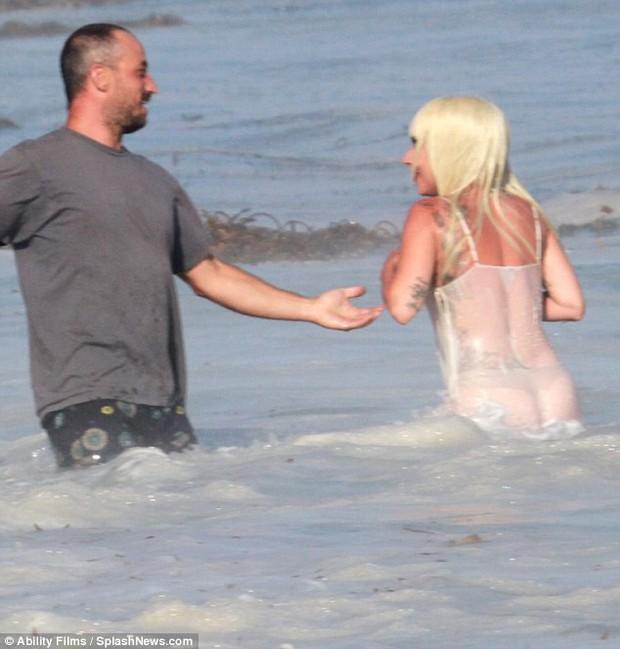 Lady Gaga suýt lộ hàng khi diện váy xuyên thấu ướt sũng chụp ảnh trên biển - Ảnh 6.