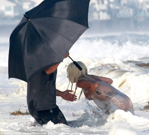Lady Gaga suýt lộ hàng khi diện váy xuyên thấu ướt sũng chụp ảnh trên biển - Ảnh 2.