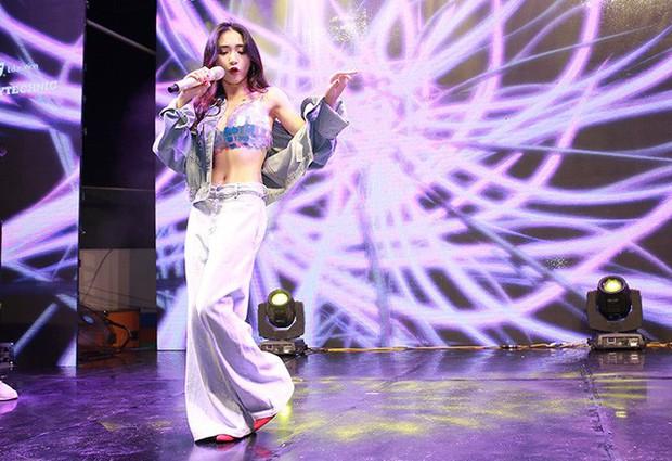 Không chỉ có trong MV mới, Hòa Minzy còn mặc luôn áo ngực nàng tiên cá lên sân khấu để quẩy - Ảnh 3.