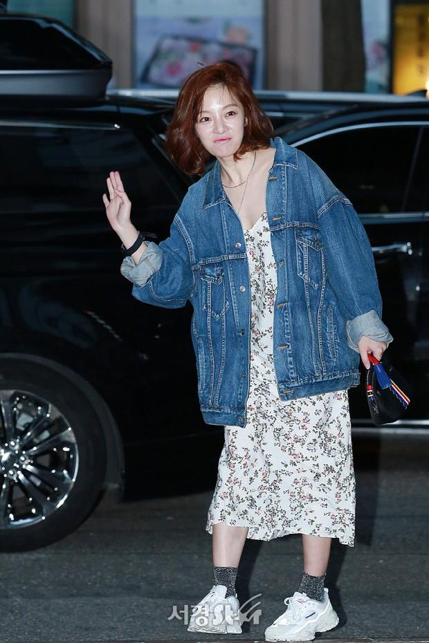 Park Min Young rạng rỡ, Park Seo Joon mặt loang lổ phấn bên dàn sao của Thư Ký Kim trong tiệc mừng công - Ảnh 18.