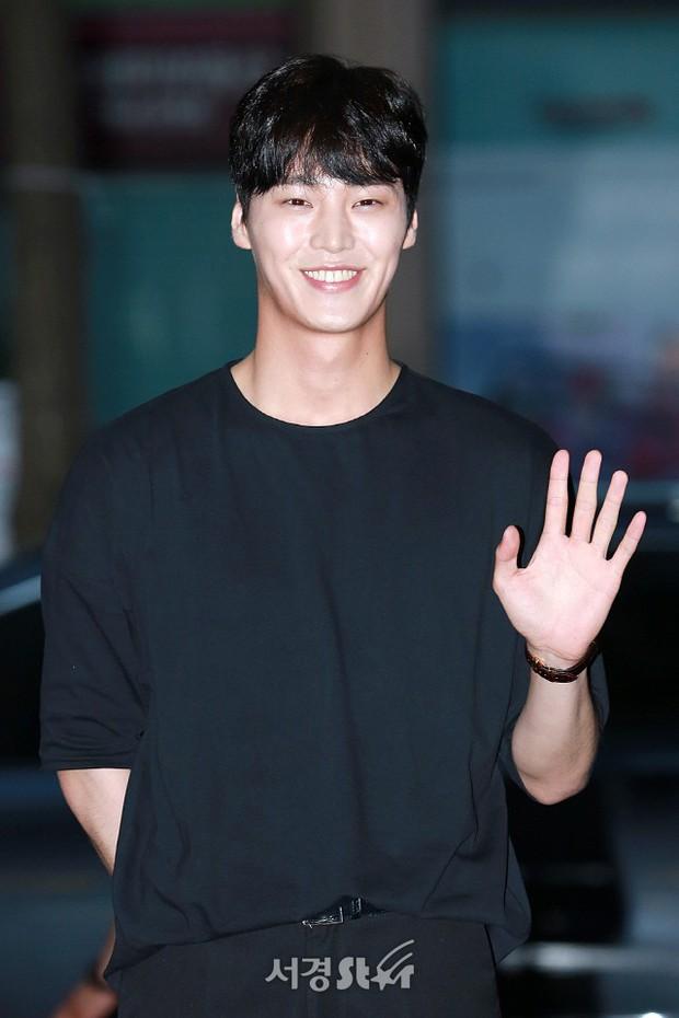 Park Min Young rạng rỡ, Park Seo Joon mặt loang lổ phấn bên dàn sao của Thư Ký Kim trong tiệc mừng công - Ảnh 16.