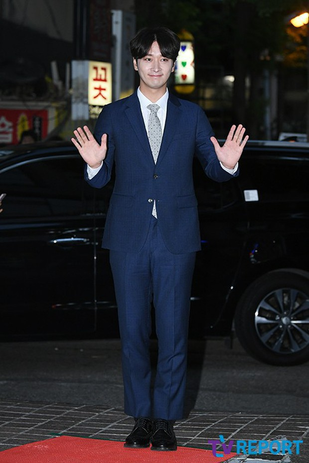 Lầy như mỹ nam Thư Ký Kim: Mặc nguyên bộ vest xanh độc nhất trong phim đi dự tiệc mừng công - Ảnh 3.