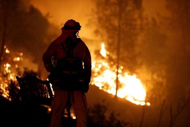 """Hãi hùng cảnh tượng cháy rừng dữ dội """"bủa vây"""" bang California, Mỹ - Ảnh 1."""