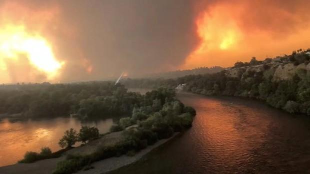 """Hãi hùng cảnh tượng cháy rừng dữ dội """"bủa vây"""" bang California, Mỹ - Ảnh 4."""