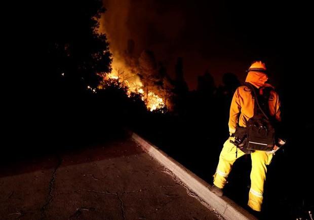 """Hãi hùng cảnh tượng cháy rừng dữ dội """"bủa vây"""" bang California, Mỹ - Ảnh 10."""