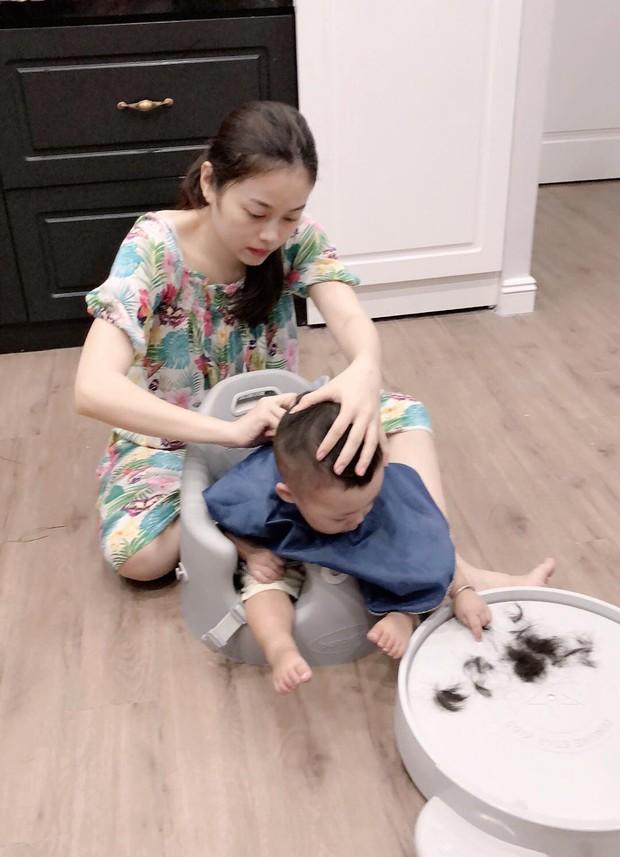 Không chỉ được chăm sóc, con trai Bella còn được hot mom Hằng Túi tự tay cắt tóc, tân trang ngoại hình - Ảnh 2.