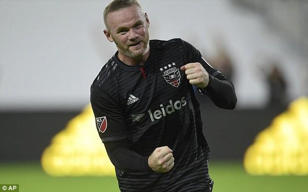 Rooney rách đuôi mắt, máu chảy thành dòng trên mặt - Ảnh 2.