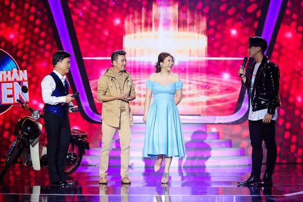 Chị gái sinh đôi hỗ trợ Duy Khánh quậy tưng sân khấu Gương mặt thân quen - Ảnh 1.
