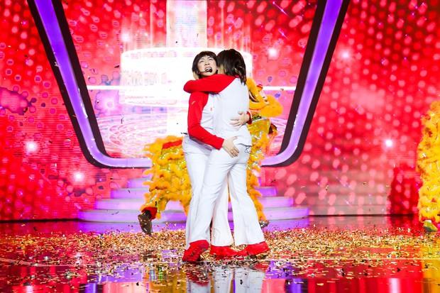 Chị gái sinh đôi hỗ trợ Duy Khánh quậy tưng sân khấu Gương mặt thân quen - Ảnh 16.