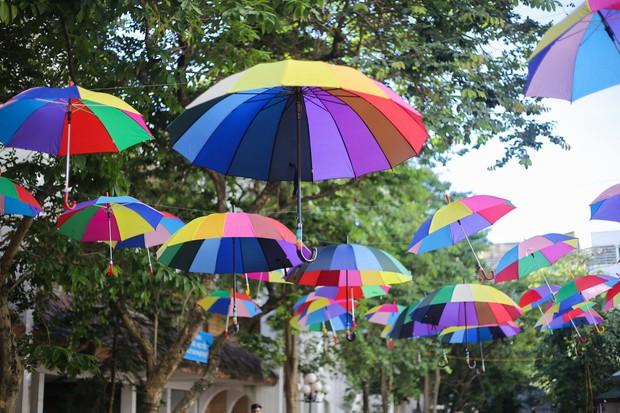 Đáng yêu như sinh viên Kiến trúc: Tiếp sức mùa thi bằng loạt ô bảy sắc cầu vồng để đưa đón thí sinh dưới cái nắng 40 độ - Ảnh 3.