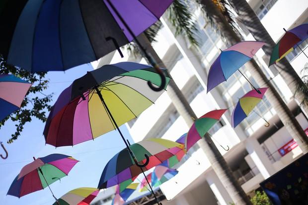 Đáng yêu như sinh viên Kiến trúc: Tiếp sức mùa thi bằng loạt ô bảy sắc cầu vồng để đưa đón thí sinh dưới cái nắng 40 độ - Ảnh 15.