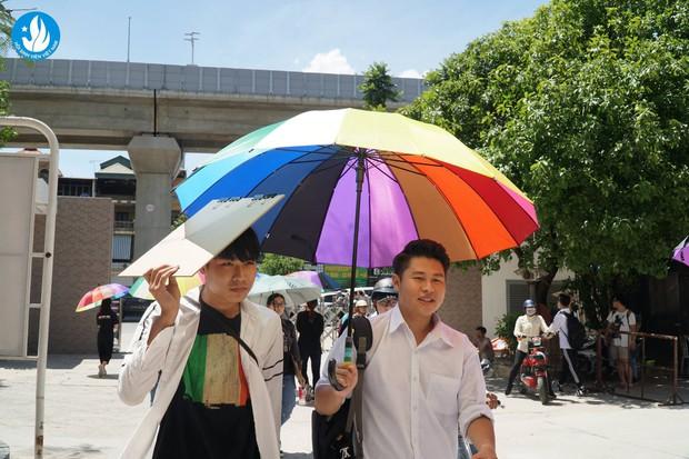 Đáng yêu như sinh viên Kiến trúc: Tiếp sức mùa thi bằng loạt ô bảy sắc cầu vồng để đưa đón thí sinh dưới cái nắng 40 độ - Ảnh 6.
