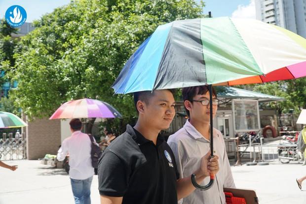 Đáng yêu như sinh viên Kiến trúc: Tiếp sức mùa thi bằng loạt ô bảy sắc cầu vồng để đưa đón thí sinh dưới cái nắng 40 độ - Ảnh 8.