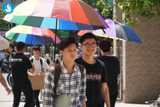 Đáng yêu như sinh viên Kiến trúc: Tiếp sức mùa thi bằng loạt ô bảy sắc cầu vồng để đưa đón thí sinh dưới cái nắng 40 độ - Ảnh 2.