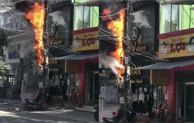 Huế: Cột điện bốc cháy dữ dội khiến một chiếc xe máy dựng bên dưới bị thiêu rụi - Ảnh 2.