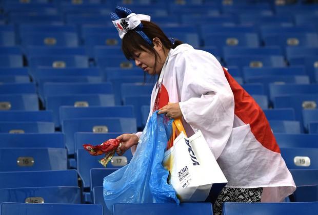 Ngưỡng mộ hình ảnh CĐV Nhật Bản vừa khóc nức nở, vừa dọn sạch rác trên khán đài - Ảnh 3.