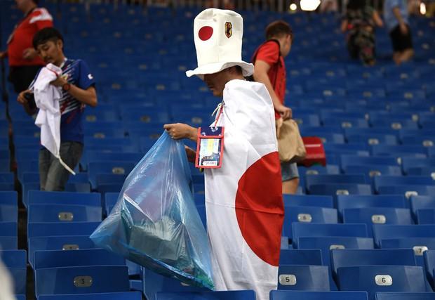 Ngưỡng mộ hình ảnh CĐV Nhật Bản vừa khóc nức nở, vừa dọn sạch rác trên khán đài - Ảnh 4.