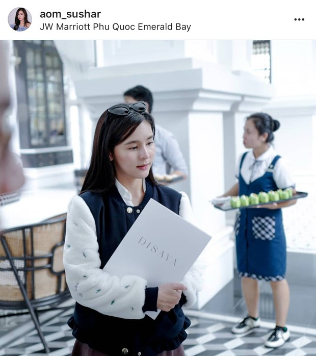 Song Hye Kyo Thái Lan Aom Sushar cười tít mắt, khoe vẻ đẹp mong manh khi đặt chân đến Phú Quốc - Ảnh 6.