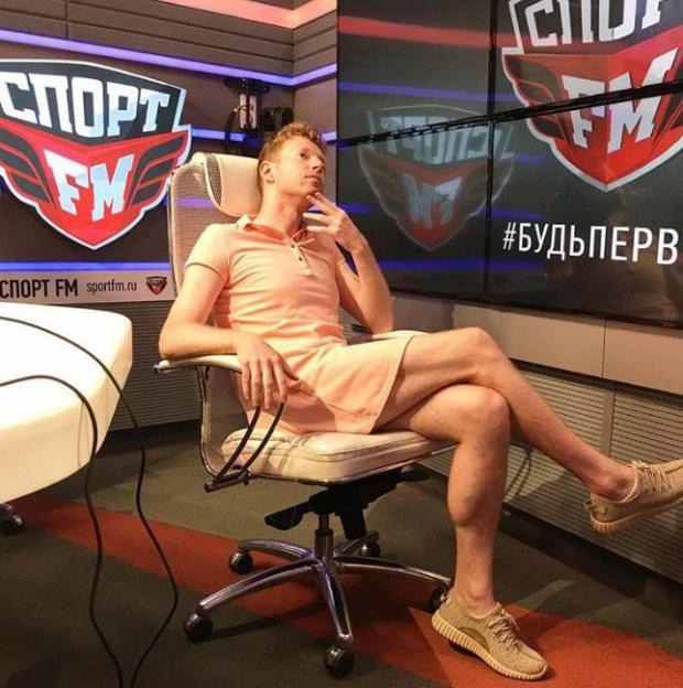 Nam phát thanh viên mặc váy đi làm, giữ đúng lời hứa sau khi chủ nhà Nga vào tứ kết World Cup 2018 - Ảnh 1.