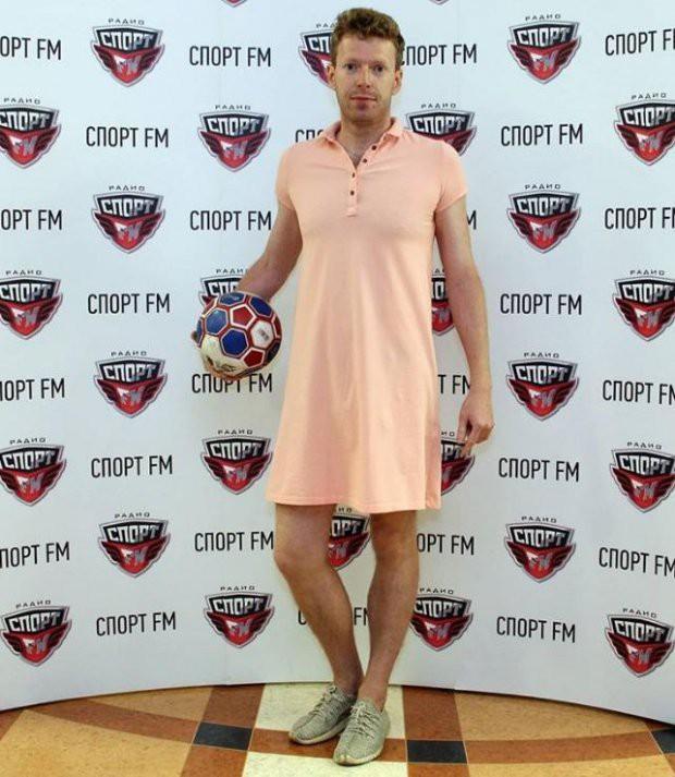 Nam phát thanh viên mặc váy đi làm, giữ đúng lời hứa sau khi chủ nhà Nga vào tứ kết World Cup 2018 - Ảnh 2.