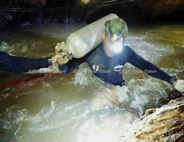 Làm thế nào đội bóng trẻ Thái Lan sống sót sau 9 ngày kẹt dưới hang? - Ảnh 3.