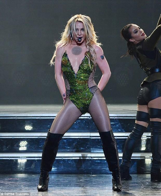 Clip: Trượt chân té nhào trên sân khấu mà giọng Britney Spears hát vẫn... đều như bật đĩa - Ảnh 3.